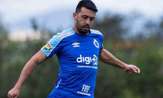 Cruzeiro anuncia rescisão dos contratos de Robinho e Edílson devido à crise financeira