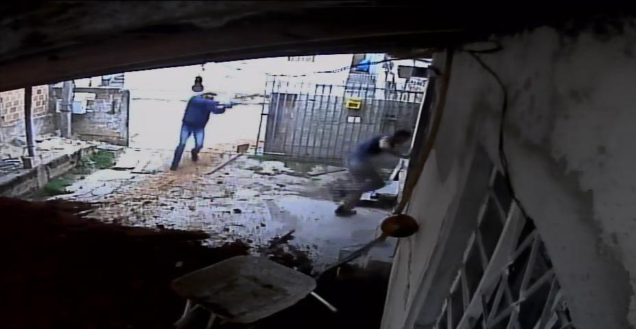 Vídeo mostra momento em que homem é assassinado na CIC; polícia pede ajuda para encontrar suspeitos