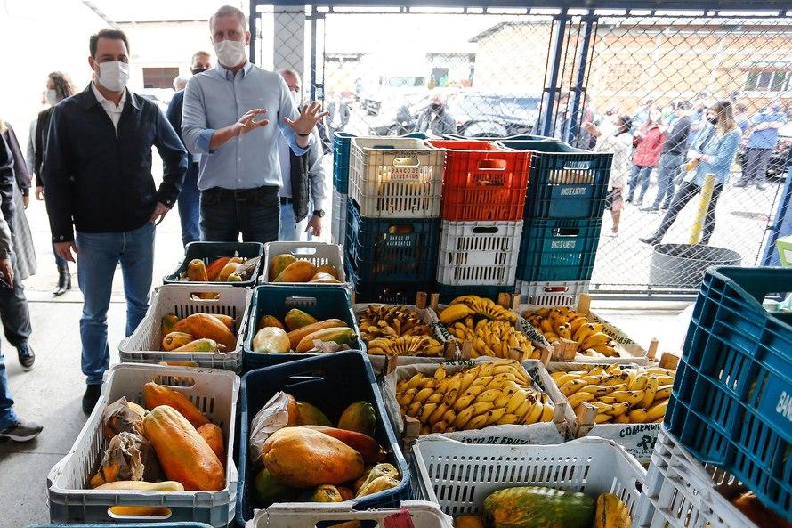 O governador Carlos Massa Ratinho Junior acompanha a entrega nesta sexta-feira (30), de cerca de 50 mil quilos de produtos arrecadados junto aos permissionários, atacadistas e produtores no Ceasa. Fot