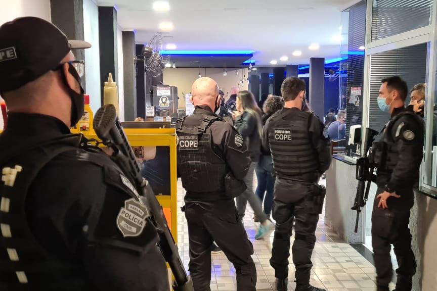 Polícia Civil dispersa aglomeração em bar e prende 9 pessoas durante fiscalização na capital. A ação faz parte da fiscalização da Polícia Civil referente ao Decreto Estadual nº 7.716/21 do Governo do