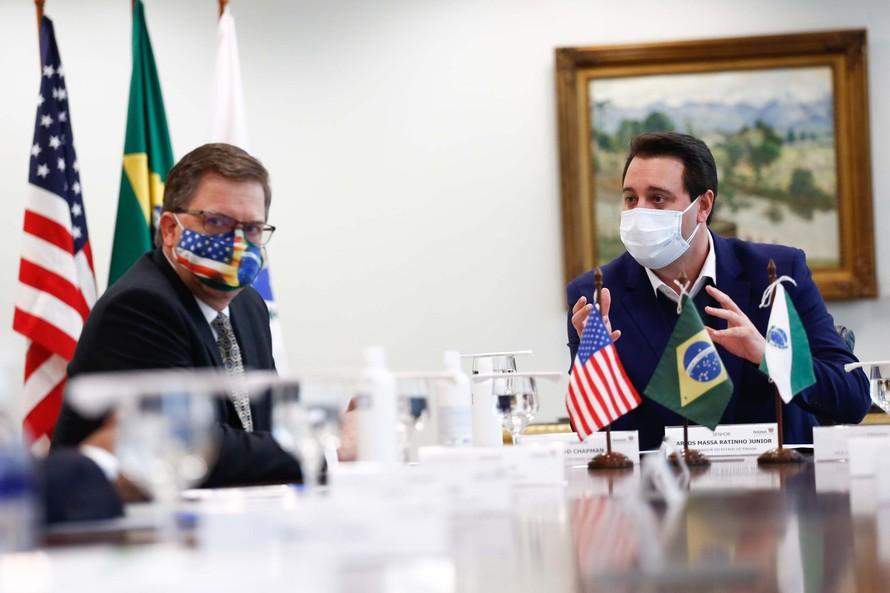 Governador Carlos Massa Ratinho Junior recebe o embaixador norte-americano no País, Todd Chapman.Foto: Jonathan Campos/AEN