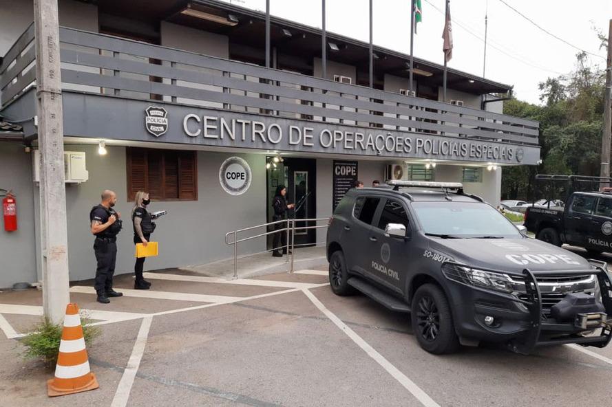 A Polícia Civil do Paraná (PCPR) prendeu 10 pessoas, de 23 a 28 anos, suspeito de envolvimento no tráfico de drogas sintéticas e associação ao tráfico, nesta terça-feira (14), em Curitiba, Guarapuava